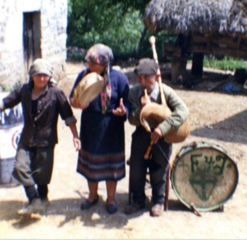 Gaiteiro, pandereteira e bailadora de Navia. Extraída da galería de fotos da Escola Provincial de Danza de Ourense.
